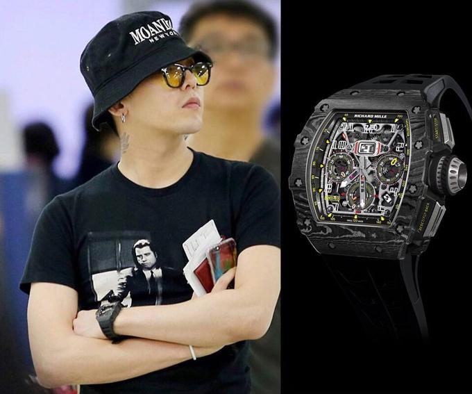 Bên cạnh đó, G-Dragon từng đeo thiết kế RM 11-03 Carbon TPT hơn 3 tỷ đồng với trang phục thường ngày.