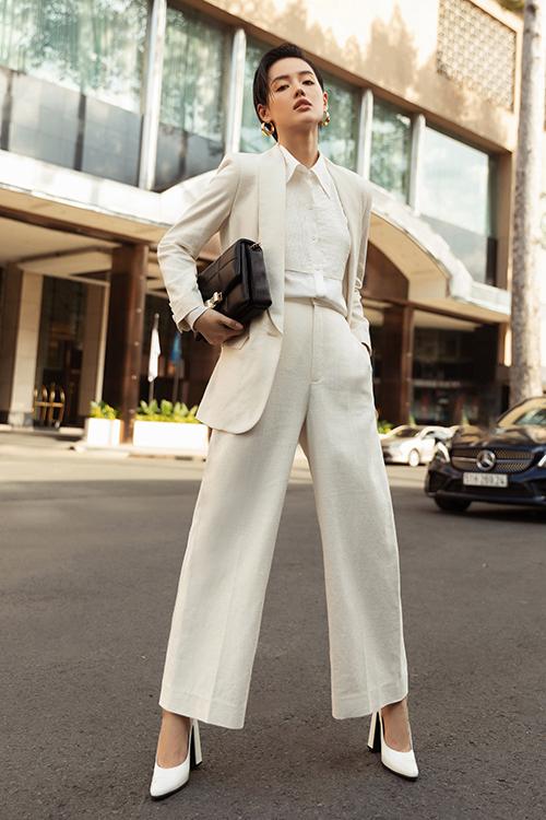Cô em trendy hoà cùng trào lưu diện suit được ưa chuộng ở mùa thời trang 2020 với set đồ thiết kế trên chất liệu linen và vải lụa thoáng mát.