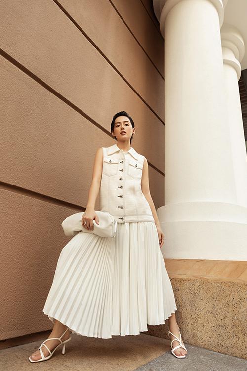 Street style ngày hè của Khánh Linh được tạo dựng bằng nét trang nhã bởi công thức phối màu white on white.