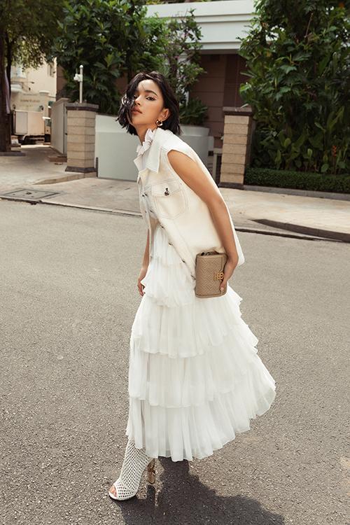 Để phong cách dạo phố mùa hè của mình thêm thu hút, Châu Bùi chọn áo jacket sát nách để mix cùng váy xếp tầng điệu đà.
