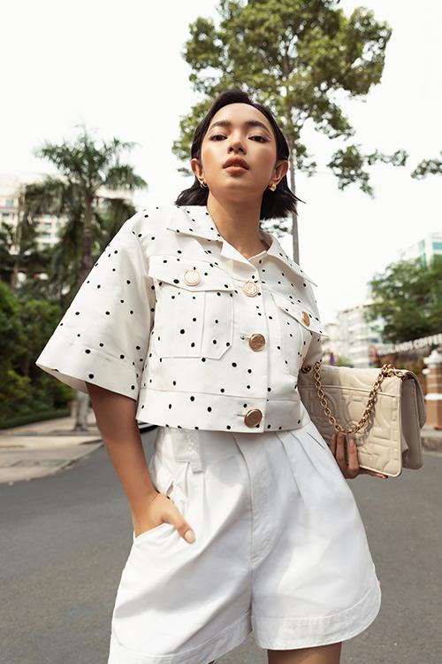 Châu Bùi hack dáng với short lưng cao kết hợp cùng áo dáng lửng mang đến sự trẻ trung, năng động.
