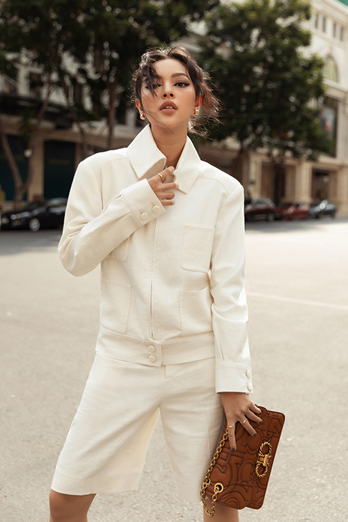 Cùng với Khánh Linh, Châu Bùi, Tú Hảo cũng trổ tài mix đồ dạo phối với loạt đồ trắng nằm trong bộ sưu tập mới nhất của nhà thiết kế Nguyễn Công Trí.