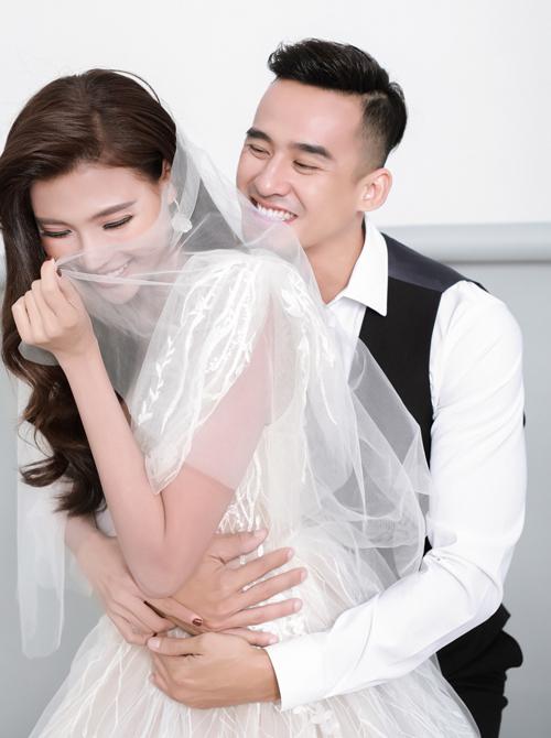 Cả hai cũng dành cho nhau nhiều cử chỉ tình cảm, có các khoảnh khắc đùa vui giúp quá trình bấm máy thêm thuận lợi, thể hiện các cung bậc tình yêu thường thấy ở các cặp tình nhân.