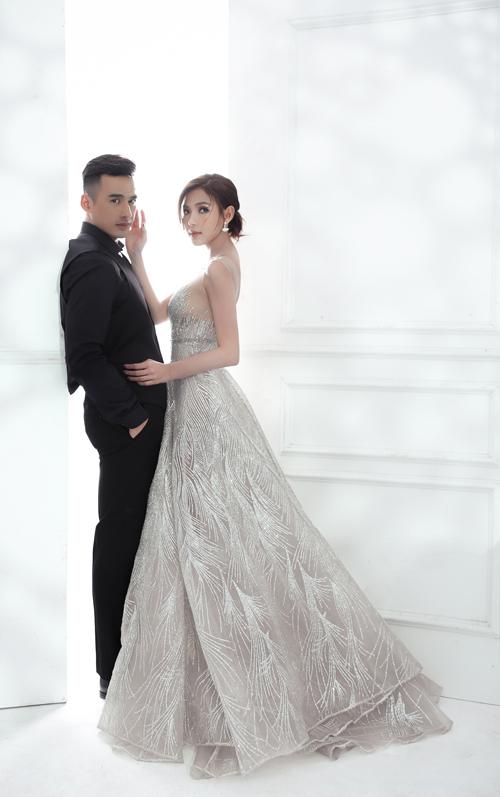 Dọc thân váy là những đường gân ánh bạc, tạo hình giống lông vũ, bắt nhịp xu hướng thời trang cưới hiện đại.