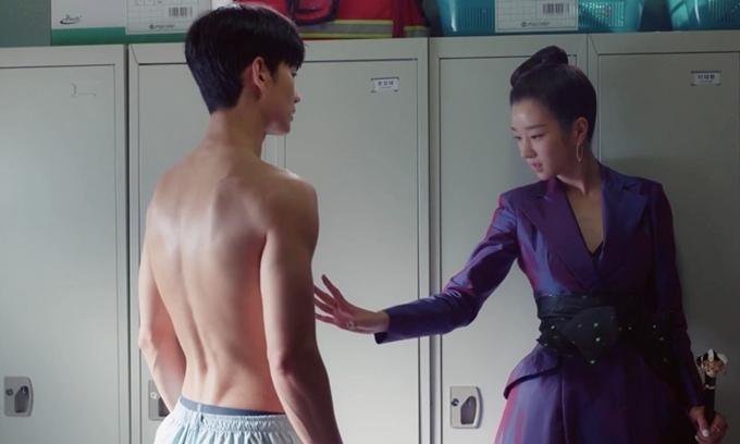 Kim Soo Hyun bán nude trước mặt Seo Ye Ji trong tập 3 phim Điên thì có sao.