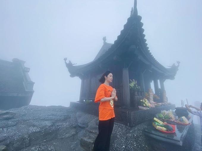 Thuộc thế hệ 9X nhưng Yan My thích du lịch tâm linh. Cô tham quan và dâng hương tại chùa Đồng - ngôi chùa linh thiêng tọa lạc ở đỉnh cao nhất của dãy Yên Tử.
