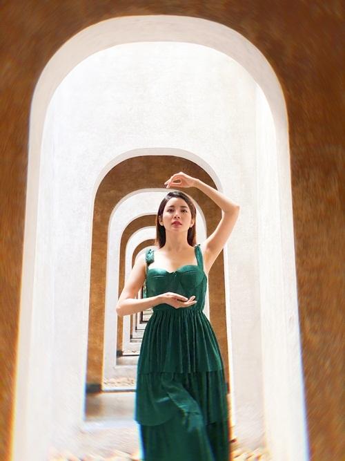 Yan My chọn chiếc đầm sắc xanh nổi bật trên nền trắng, vàng của resort. Cô mê mẩn khám phá từng ngóc ngách vì tại đây, mỗi góc nhỏ đều được bày trí công phu, làm nền cho những bức ảnh sống ảo.