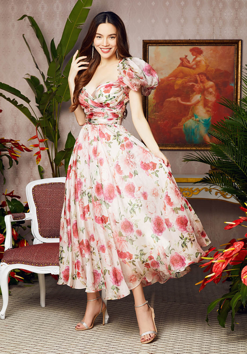 [Caption] Chiếc váy thần thánh của thương hiệu thời trang Neva vừa ra mắt trong Bộ sưu tập Let yourself bloom nhanh chóng trở thành hot trends, khiến các mỹ nhân Việt không ngại ngần đụng hàng. Tuy vậy, mỗi người đẹp lại mang cho mình một luồng gió mới, dấu ấn riêng xứng đáng mười phân vẹn mười.  Chỉ một chiếc váy từ thương hiệu thời trang Neva nhưng lại khiến dàn mỹ nhân Việt đứng ngồi không yên săn đón. Có thể kể đến những ngôi sao nổi tiếng như: Nữ hoàng giải trí Hồ Ngọc Hà, Á hậu Huyền My, Hoa hậu Huỳnh Tiên, MC Thanh Thanh Huyền đều đã sở hữu, mang đến những dấu ấn riêng cho phong cách.