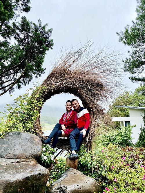 Jennifer Phạm cùng chồng chọn trang phục màu đồng điệu để thể hiện sự gắn kết và ghi lại nhiều khoảnh khắc ngọt ngào trong khung cảnh thơ mộng của thành phố hoa.