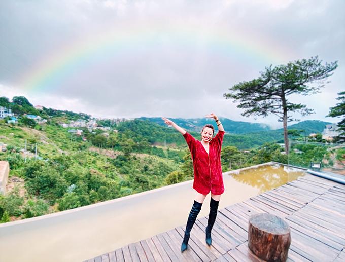Người đẹp tỏ ra phấn khích khi thấy cầu vồng xuất hiện sau cơn mưa rào.