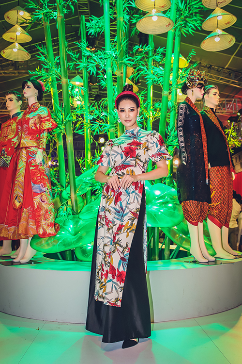 Á hậu 2 Hoa hậu Phụ nữ Việt Nam qua ảnh 2004 Thanh Hoài trẻ trung với áo dài cách điệ kết hợp turban đồng điệu.
