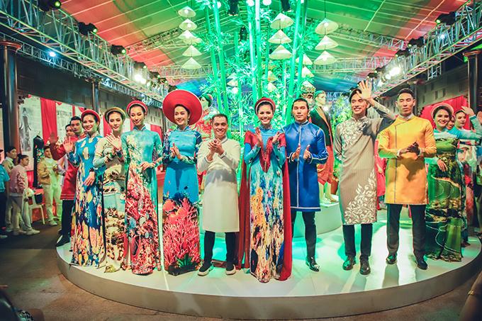 Nhà thiết kế Nhật Dũng (áo dài trắng) từng nhiều lần gây ấn tượng tại các lễ hội áo dài với những thiết kế lấy cảm hứng từ di sản vật thể hoặc phi vật thể của dân tộc.