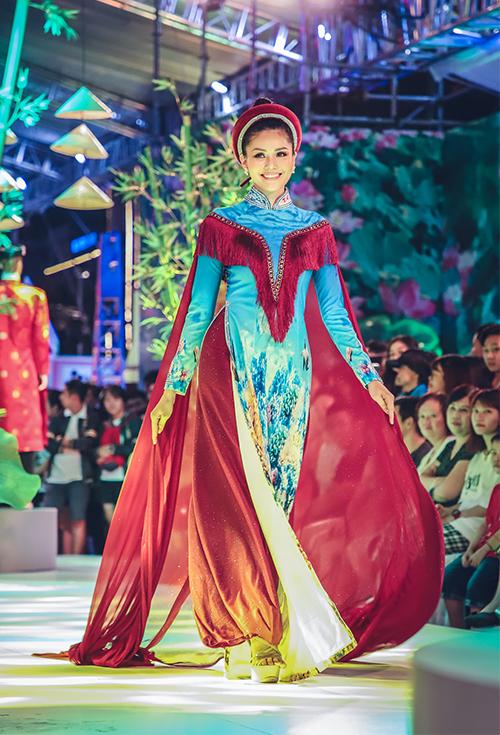 Hoa hậu châu Á 2018 Kim Nguyên thả dáng trong bộ áo dài cách điệu với áo choàng cape thướt tha.