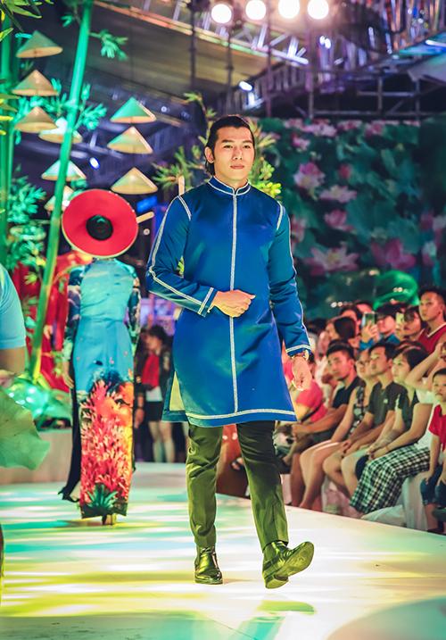 Ngoài Justin Young, đêm diễn của NTK Nhật Dũng còn có sự tham gia của siêu mẫu, nam vương Ngọc Tình...