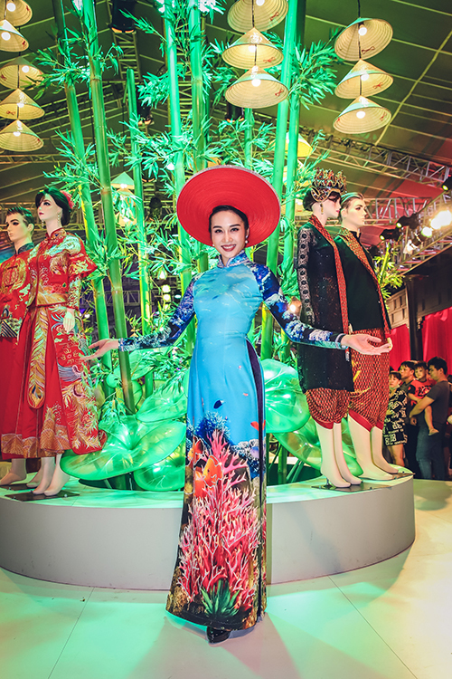Giải đồng Siêu mẫu Việt Nam Lê Thu An khoe dáng trong bộ áo dài bó sát phần thân trên và trở nên lộng lẫy hơn với mấn đội đầu.