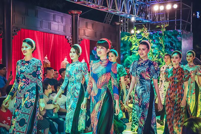 Bộ sưu tập mới của Nhật Dũng gồm các thiết kế áo dài nam và áo dài nữ lấy ý tưởng từ hình ảnh quen thuộc của làng quê Việt Nam.