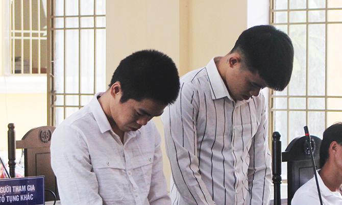 Quang Vinh và Nguyễn Văn Quốc Khánh cúi mặt nghe tòa tuyên án trong phiên sơ thẩm sáng 1/7. Ảnh: Kim Ngân.