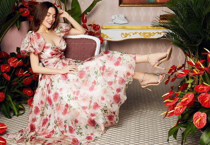[Caption]Mẫu váy này nằm trong bộ sưu tập Let yourself bloom lấy ý tưởng từ sự thanh khiết của loài hoa thược dược kết hợp với sự kiêu sa của hoa hồng Juliet. Các nhà thiết kế của Neva đã vẽ nên một bức tranh thiên nhiên tuyệt đẹp. Mang đến sự nữ tính, nhẹ nhàng và lãng mạn cho bất cứ người phụ nữ nào khoác lên mình bộ cánh đó.  Trong vai trò Đại sứ thương hiệu thời trang Neva, Hồ Ngọc Hà khoe thần thái cuốn hút, quyến rũ và kiêu kỳ. Vẻ đẹp sang trọng và thần thái của Nữ hoàng giải trí khiến ai nhìn vào cũng đều đắm say. Cô mang đến vẻ đẹp của người phụ nữ biết tận hưởng cuộc sống qua hình ảnh thời trang và phong cách.