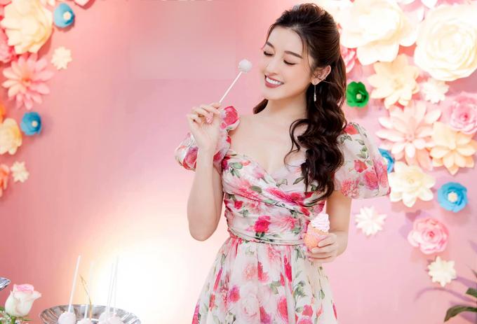 Người đẹp rất thích trang phục gam hồng và họa tiết hoa lá phù hợp không khí mùa hè.