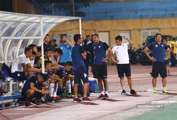 Trong khi đó, các thành viên của Hà Nội cúi đầu, buồn bã vì thua trận.