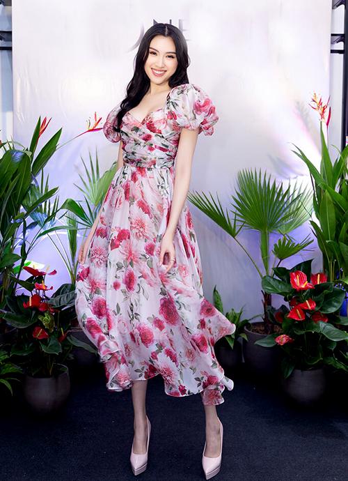 MC Thanh Thanh Huyền điệu đà làm duyên với mẫu váy kiểu dáng thanh lịch pha chút cổ điển.