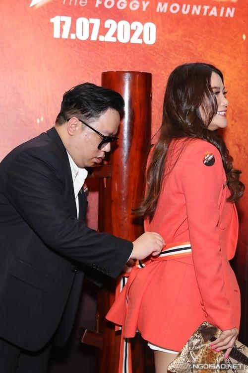 Tùng Leo ân cần thắt lại đai áo khoác giúp Trương Ngọc Ánh.