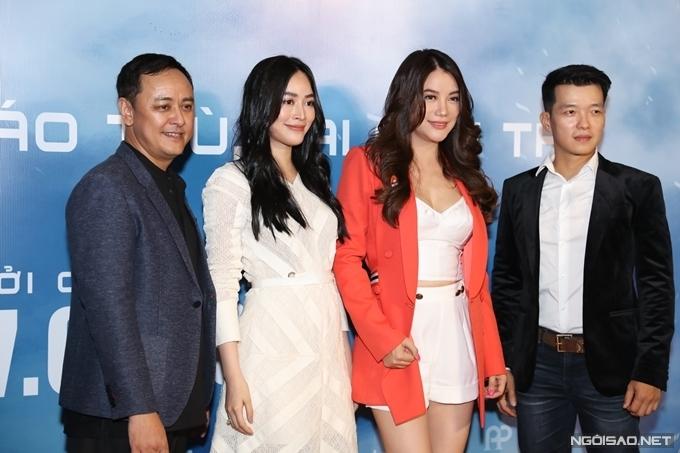 Trương Ngọc Ánh và diễn viên Mai Thanh Hà chụp cùng đạo diễn Phan Anh (bìa trái) và diễn viên - võ sư người Mỹ gốc Việt Peter Phạm (bìa phải).