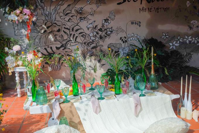 Khu vực ăn uống, thưởng thức các bữa tiệc nhẹ được tô điểm bởi các bình thủy tinh màu xanh ngọc bích.