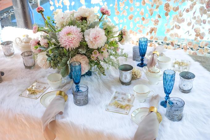 Một gợi ý cho cô dâu chú rể về cách bài trí bàn tiệc trà. Nơi đây có các bộ ấm chén phong cách châu Âu, có ánh kim tạo sự sang trọng. Giữa bàn được tô điểm với bình hoa thấp.