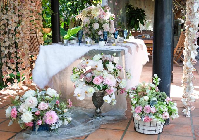 Toàn cảnh khu vực bàn trà, nước, giúp cô dâu chú rể và khách mời có các cuộc trò chuyện thân mật. Bộ ảnh được thực hiện bởi ảnh: Thuận, Nguyễn Văn Hùng; giày: Idy Wedding House; váy cưới: Hacchic Couture; trái cây: Terrisa; concept - idea: MT Flowers.