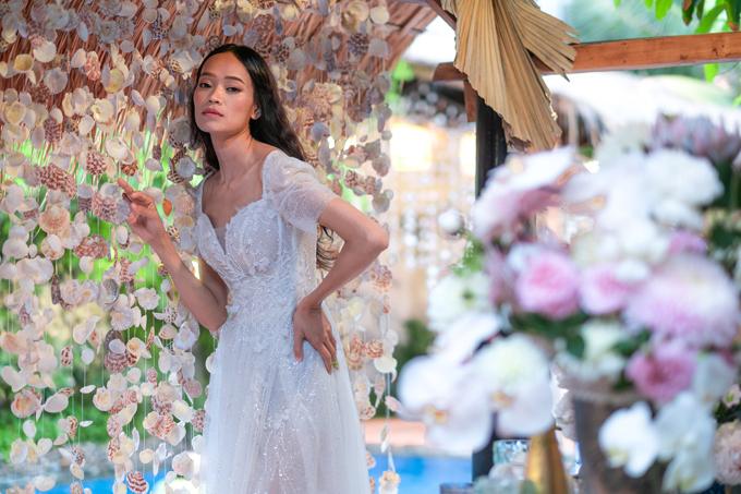 Cạnh khu vực tiệc, ekip dựng một màn che ghép từ vỏ ốc, sò... tạo thành một background chụp ảnh mới lạ cho đám cưới.