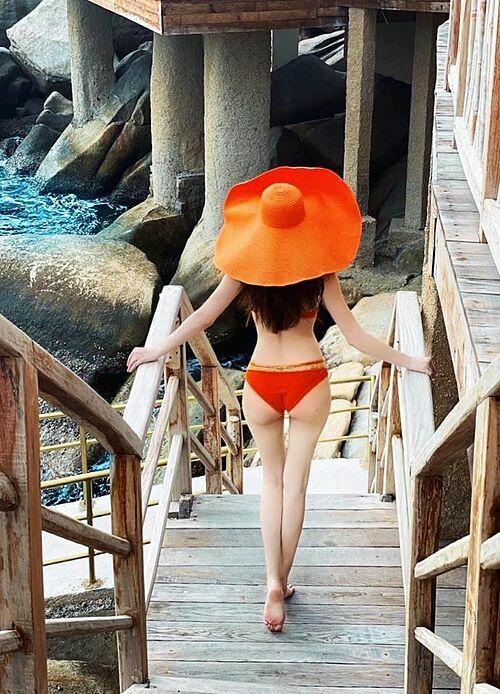 Hồ Ngọc Hà khoe dáng với bikini trong chuyến du lịch ở Nha Trang cùng bạn trai Kim Lý và bé Subeo. Đang mang thai đôi nhưng vóc dáng nữ ca sĩ vẫn được khen mảnh mai.