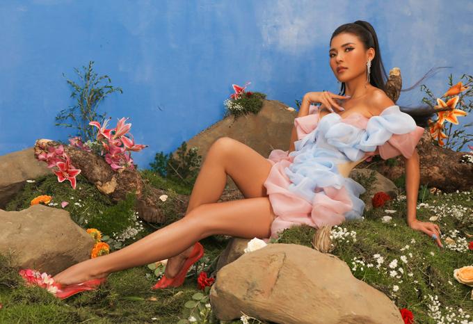 Váy ngắn trễ vai giúp Thúy Diễm phô diễn đôi chân dài và vẻ gợi cảm ở tuổi ngoài 30.