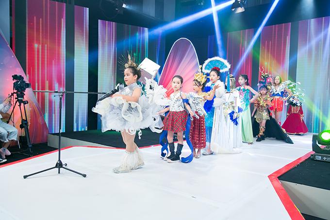 Điểm nhấn của tập chính là màn trình diễn bộ sưu tập trang phục truyền thống các nước trên thế giới với sự xuất hiện của ba thí sinh nhí và nhóm mẫu nhí Pinkids.