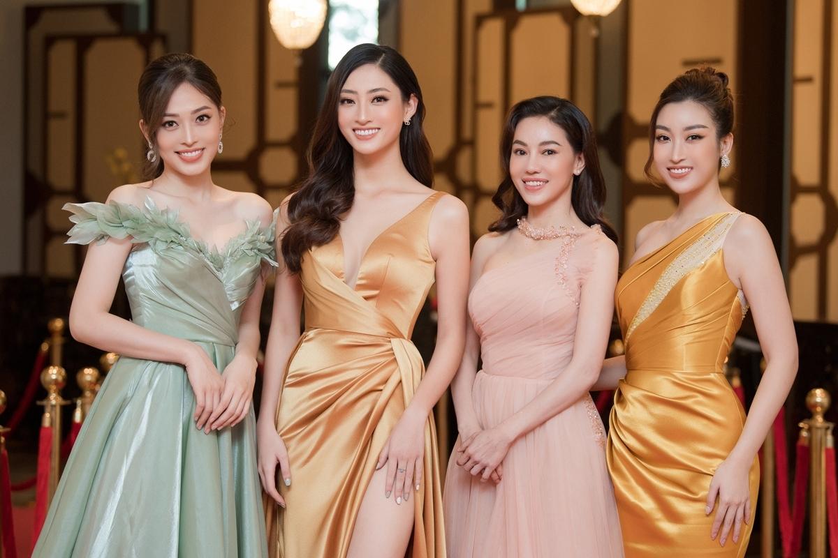 Sự kiện còn có sự tham gia của bà Kim Dung (váy hồng) - phó trưởng ban Hoa hậu Việt Nam 2020.