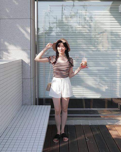 Bên cạnh các kiểu váy hợp xu hướng, quần short luôn được yêu thích trong dịp hè bởi sự tiện lợi và dễ dàng kéo dài chân thon cho người mặc.