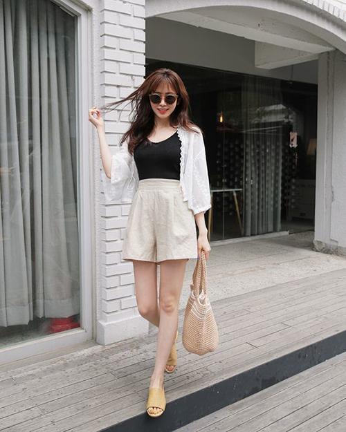 Với quần short lưng cao, ống rộng, các nàng có thể thoả sức mix cùng nhiều mẫu áo phù hợp với mùa nắng.