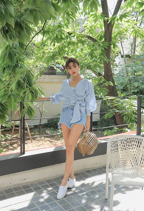 Những cô nàng cá tính lại không ưa chuộng lắm quần vải thô, vì thế short jeans rách là lựa chọn của họ.