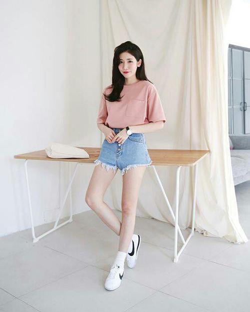 Lối ăn mặc đơn giản với công thức phối áo thun, quần jeans và giày thể thao vẫn được ưa chuộng. Đây cũng là cách lên đồ nhanh chóng dành cho các bạn gái yêu hoạt động và thích rong chơi vào dịp cuối tuần.