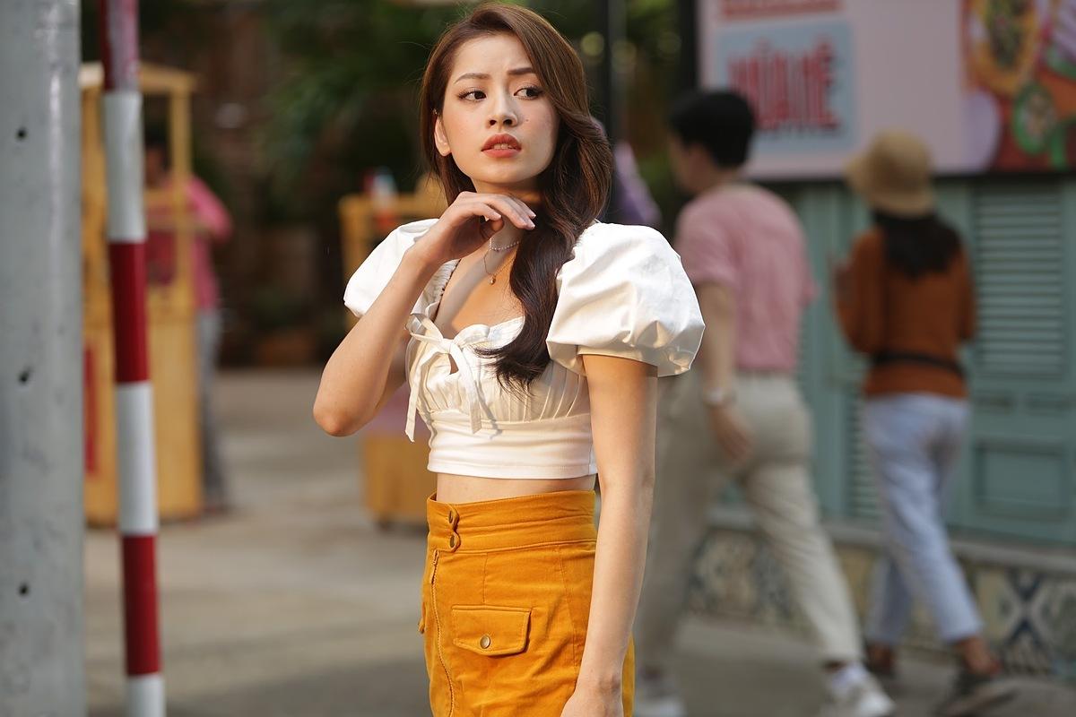 Sau MV Cung đàn vỡ đôi đạt hàng chục triệu view, Chi Pu vừa ra mắt MV mới mang tên Sốc nhiệt hay sốc Chi vào ngày 4/7. Nữ ca sĩ còn tung một loạt hình ảnh hậu trường dành tặng fan.