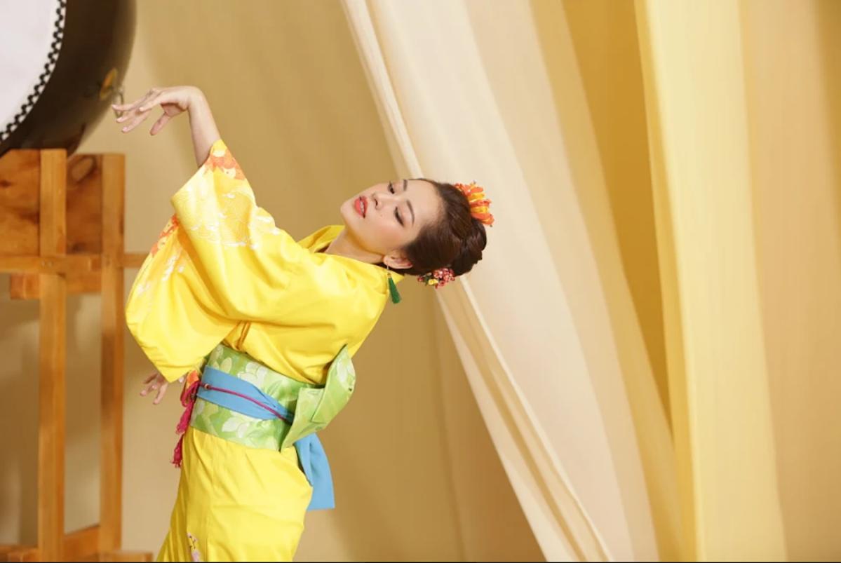 Chi Pu cho biết nội dung của MV xoay quanh không khí nóng nực của mùa hè miền Bắc và mọi thứ chỉ trở nên mát mẻ hơn khi cô thưởng thức một loại trà đặc biệt, giúp thanh mát cơ thể. Ngay sau khi uống trà, nữ ca sĩ thấy mình có mặt tại xứ phù tang mát mẻ, hóa thân thành cô gái Nhật Bản, diện trang phục truyền thống và thể hiện điệu múa làm say đắm lòng người.