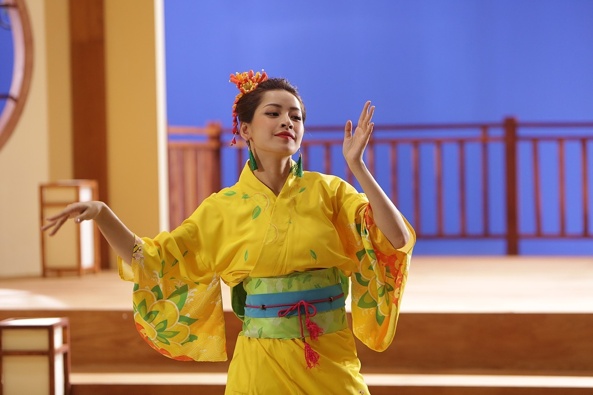 Chi Pu tiết lộ thường xuyên tập nhảy múa nên những động tác múa trong sản phẩm âm nhạc mới không làm khó cô.