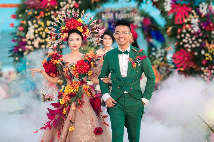 Minh 'Nhựa' làm đại tiệc mừng 8 năm ngày cầu hôn