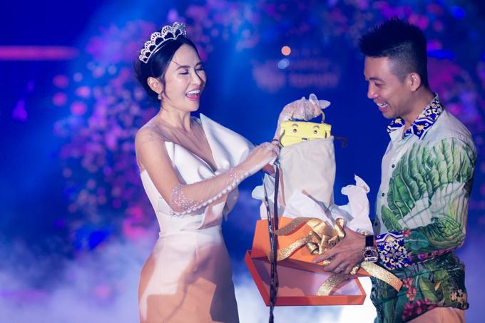 Đại gia Minh Nhựa làm đại tiệc mừng 8 năm ngày cầu hôn - page 8 - 18