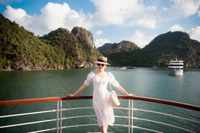 Từng check-in tại nhiều điểm đến nổi tiếng ở nước ngoài nhưng Huyền My cho biết cô chưa có nhiều dịp khám phá các cảnh đẹp trong nước. Đi du thuyền trên Vịnh Lan Hạ là chuyến đi đầu tiên của Á hậu từ sau đợt giãn cách xã hội vì dịch Covid-19.
