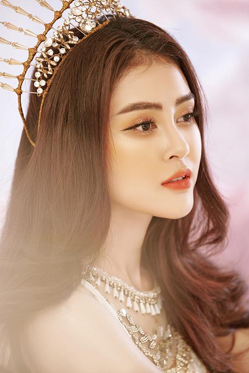 Để tôn lên phong cách của vị nữ thần, Lý Kim Thảo bổ sung thêm phụ kiện cài tóc là những chiếc vương miện kiểu dáng khác nhau.