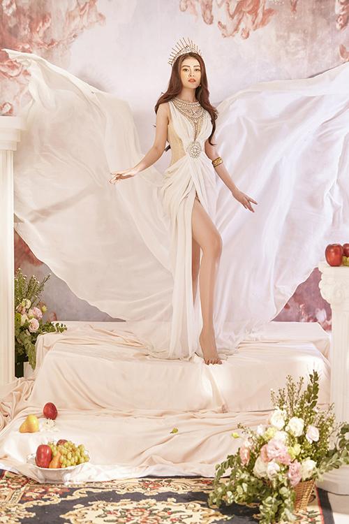 Chất liệu lụa mềm mại tạo nên sự bay bổng lãng mạn trong khi đó những chi tiết đính kết lấp lánh gợi cảm giác vương giả, sang trọng cho bộ trang phục.
