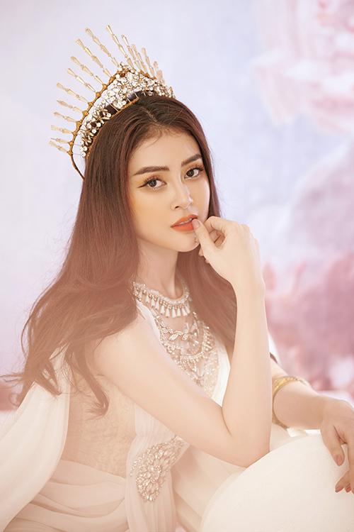 Từ ngày đăng quang Á hậu tại cuộc thi Hoa hậu Việt Nam châu Á 2018 và hoạt động trong lĩnh vực người mẫu, Lý Kim Thảo thử nghiệm nhiều phong cách khác nhau. Trong bộ ảnh mới thực hiện, cô chọn trang phục, phụ kiện, make up theo phong cách nữ thần.