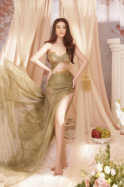 Cả bộ váy được phủ một lớp ánh kim lấp lánh kết hợp chất liệu voan tạo nên sự bồng bềnh, lãng mạn cho trang phục.