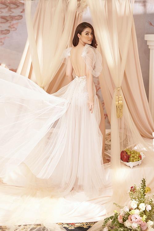 Người đẹp khoe trọn tấm lưng trần với váy voan tông trắng.